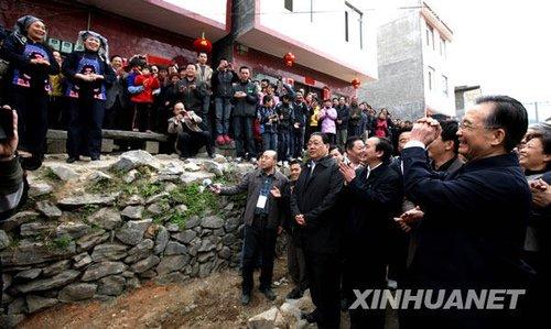 温家宝和广西各族群众迎新春 在瑶寨敲鼓写春联