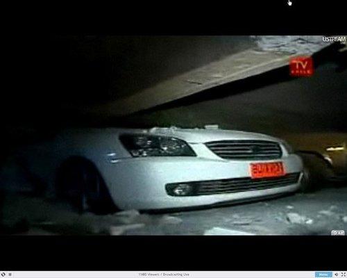 图文:智利发生8.8级特大地震汽车被砸毁
