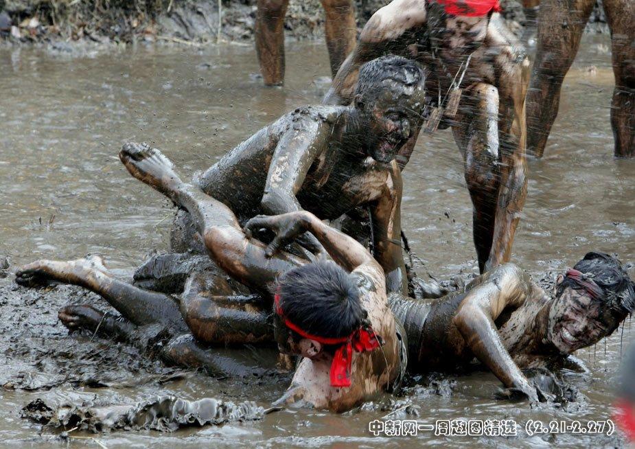 """2月25日,在日本千叶县四街道市郊外的稻田里,居民们参加一年一度的""""泥浆节""""祈求丰收。图片来源:中国新闻网"""