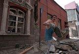 一名男子清理地震后的瓦砾