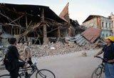 路人驻足看着受损房屋