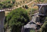 塔尔卡省拍摄的一座遭受地震损坏的桥