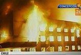 康塞普西翁,一幢建筑在地震后起火燃烧
