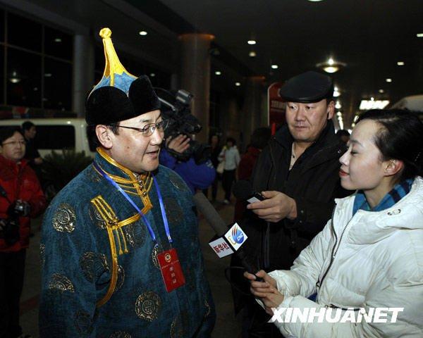 3月1日7时20分,来自内蒙古自治区的全国政协委员乘坐列车抵达北京西站,这是首批抵京参加全国政协十一届三次会议的京外委员。新华社记者丁林摄