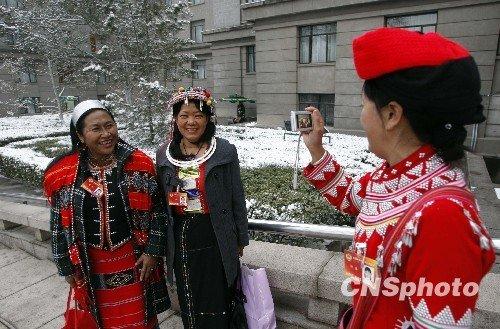 图:云南少数民族政协委员抵京乐拍雪景