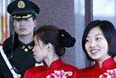 图文:武警与礼仪小姐迎接政协委员