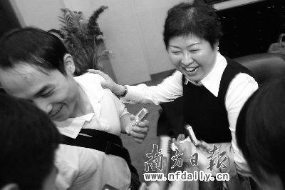 """张茵拍着记者的肩膀为自己解围说:""""这位记者已经为我回答了问题。""""南方日报特派记者苏仕日摄"""