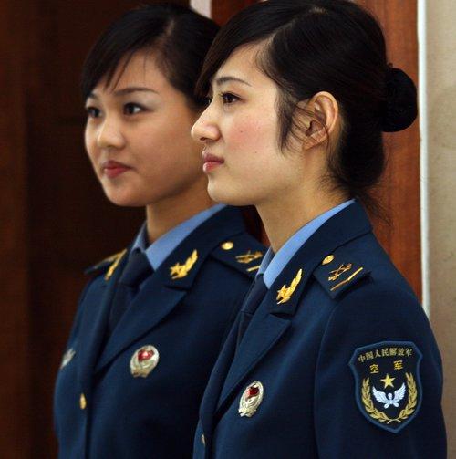 图文:为政协委员服务的空军士兵