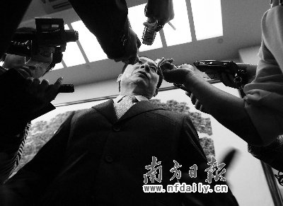 在白云国际机场,全国政协委员、广州星河湾地产董事长黄文仔被记者围堵。南方日报特派记者苏仕日摄