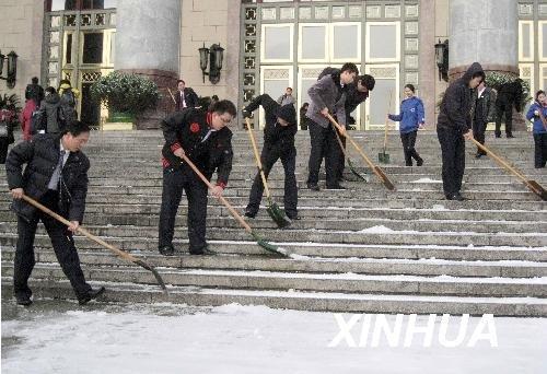 组图:人民大会堂工作人员清扫积雪迎两会