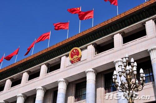 组图:天安门广场红旗飘飘迎两会