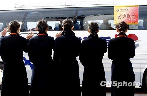 图文:礼仪小姐首都机场迎接代表委员
