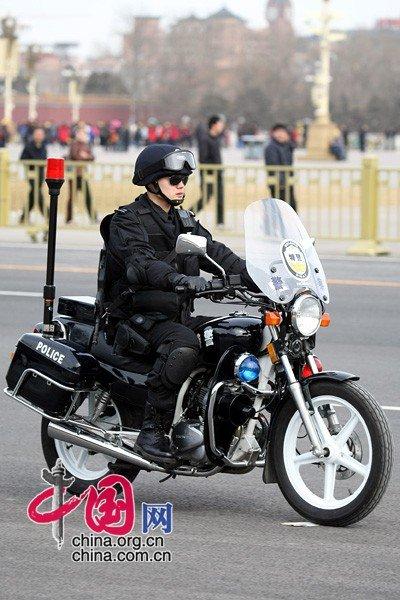 图文:人民大会堂外执勤的特警