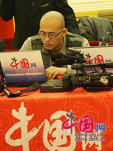 图文:记者进行现场直播