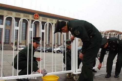 图文:解放军清洗人民大会堂外围护栏