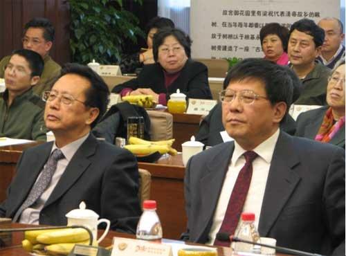 全国人大常委会副委员长、民建中央主席陈昌智(左),北京市政协副主席、民建北京市委主委王永庆(右)在会上