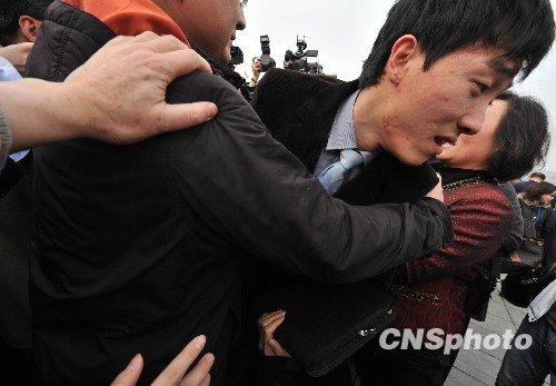 """图文:政协委员刘翔""""突破重围""""出席开幕式"""
