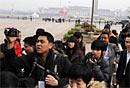 图文:媒体记者排队进入人民大会堂准备采访