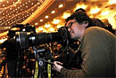 图文:日本共同社记者在拍摄大会现场