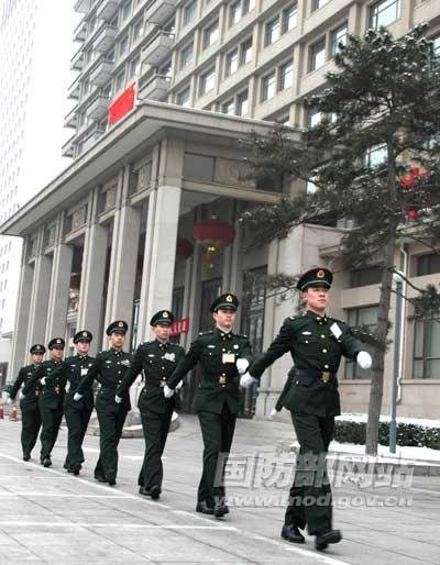 2010年3月2日,北京卫戍区某部官兵在京西宾馆执勤