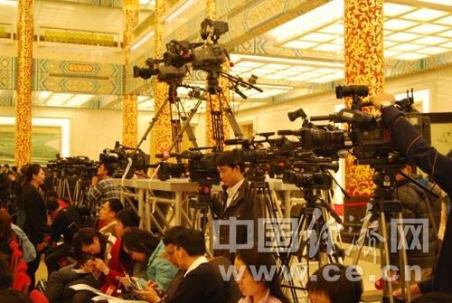 """组图:两会中外记者尽相比拼""""长枪短炮"""""""