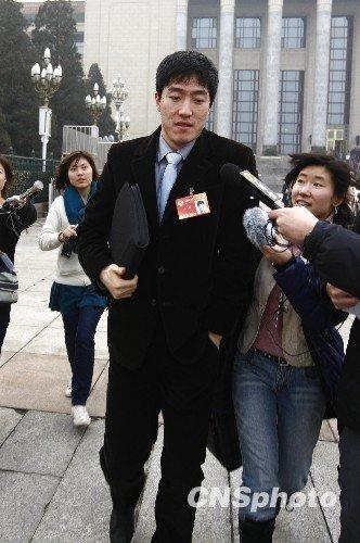 3月3日,全国政协十一届三次会议在北京人民大会堂开幕。刘翔委员成为记者追逐的焦点,但以速度见长的刘翔一路小跑,轻松甩开记者围堵。中新社发杜洋摄