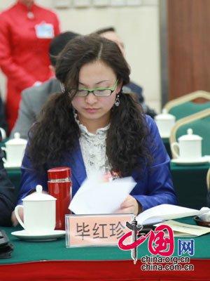图文:甘肃80后人大代表出席代表团首次会议
