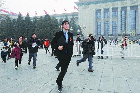 刘翔躲记者险被踩掉鞋 百米冲刺甩掉百名记者