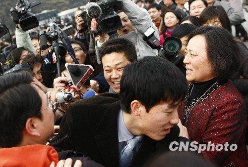刘翔遭记者围堵难脱身:让我踹口气(图)