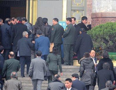明星委员忙躲记者 围堵刘翔累倒一大片(图)