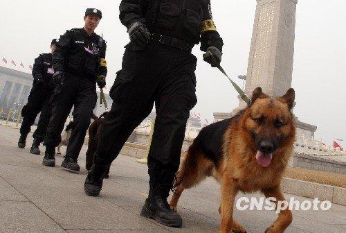 图文:北京警方加强天安门广场安保措施