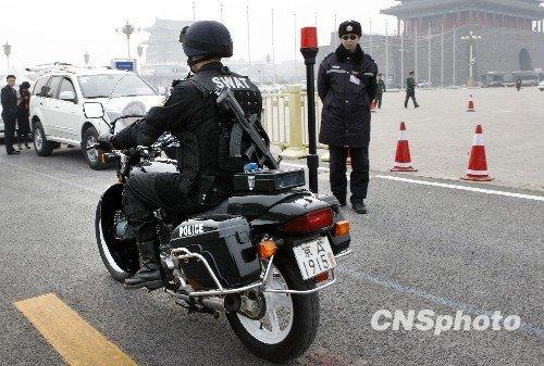 图文:特警在会场周边机动巡逻戒备