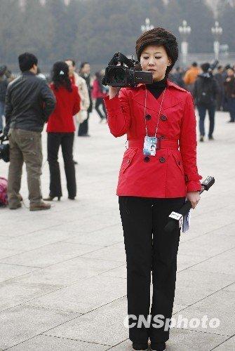 图文:电视台女主播兼当摄像师