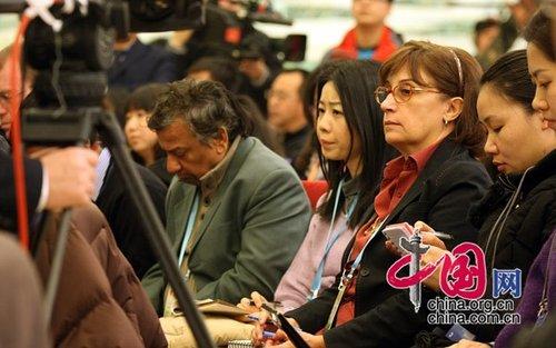 图文:发布会现场的外国记者