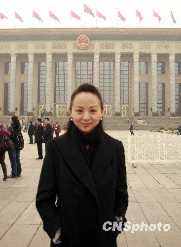 全国政协委员邰丽华人民大会堂前留影