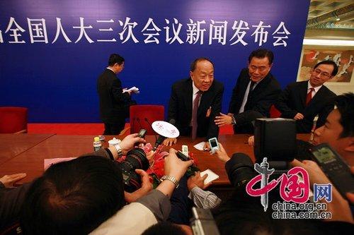 图文:新闻发布会后李肇星接受媒体采访