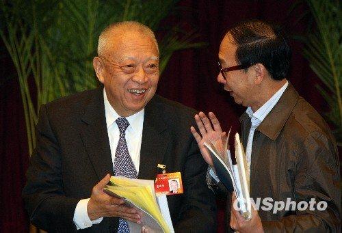 图文:政协副主席董建华参加香港界小组讨论