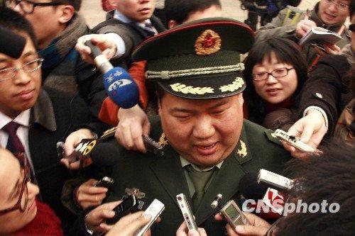 图文:全国政协委员毛新宇成记者焦点