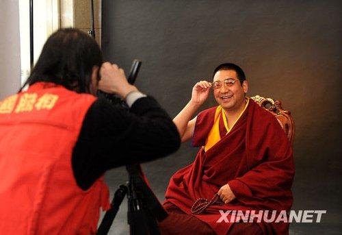 组图:全国政协委员拉茂赛赤活佛拍写真