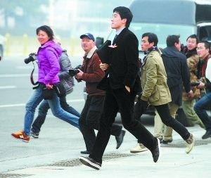 """两会面面观:记者直呼""""跑不过刘翔""""(组图)"""