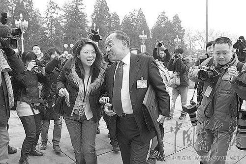 照片:3月4日,十一届全国人大三次会议在人民大会堂举行新闻发布会,大会发言人李肇星在门口被记者截住。本报记者陈剑摄