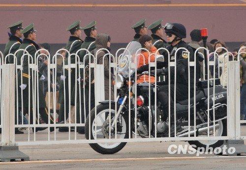 图文:北京女子摩托骑警在天安门前巡逻