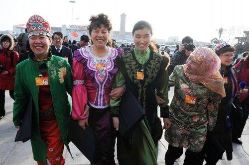 图文:新疆的全国人大代表抵达天安门广场