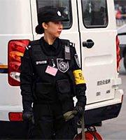 组图:实拍为两会服务的漂亮女警