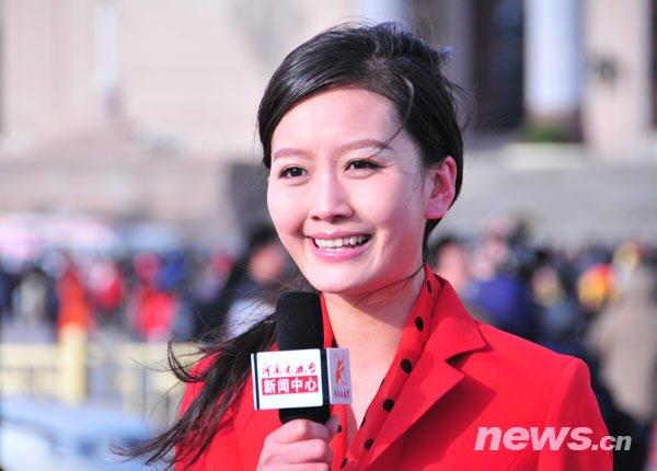 图为记者在人民大会堂前采访。新华网 孙巍 摄
