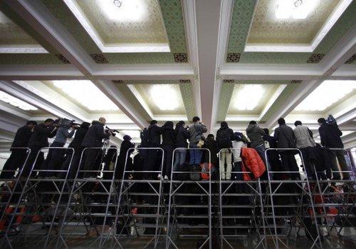 图文:记者在人民大会堂入口处采访拍摄
