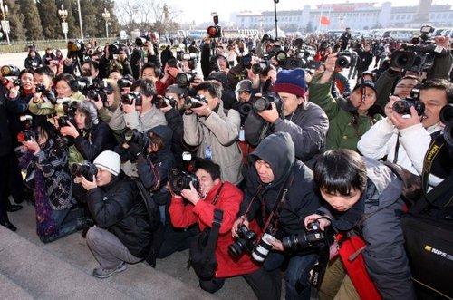 图文:摄影记者采访拍摄全国人大代表入场