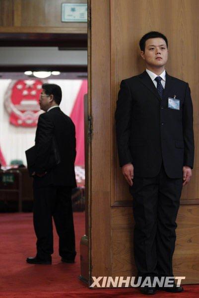 3月5日,一位工作人员在人民大会堂内执勤。新华社记者费茂华摄