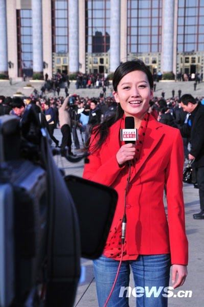 3月5日,十一届全国人大三次会议在京开幕,当天早晨北京的气温降至零度以下,并伴有大风,天气十分寒冷。采访两会的众多媒体记者不约而同的选择了红色,为寒风中的人民大会堂增添了一抹鲜艳的红色。