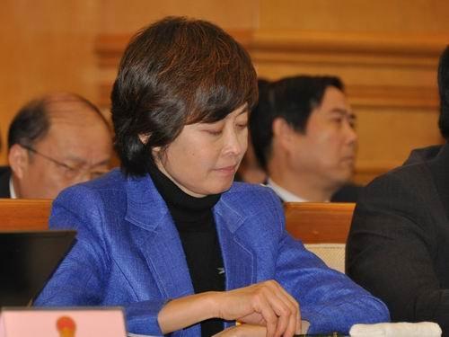 3月5日下午,江西省全国人大代表团向媒体开放。著名主持人敬一丹认真听会。记者赵艳红摄
